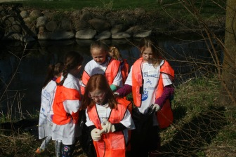 Girls Scouts Partnering in the clean-up